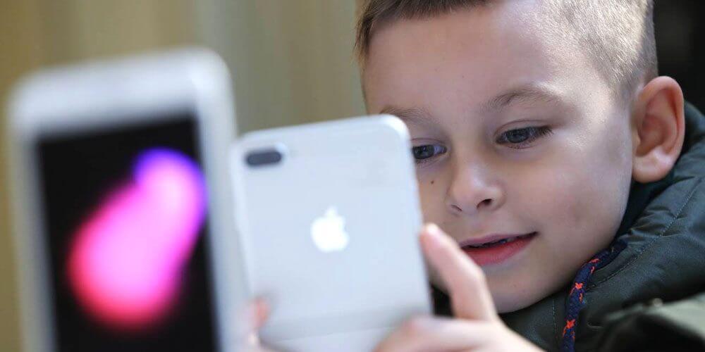 kids using iphone
