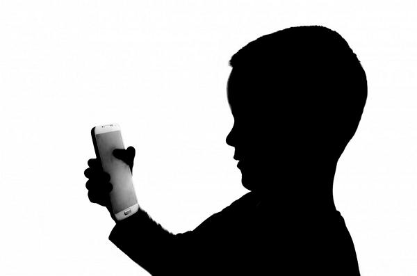 Vício de celular entre crianças e jovens